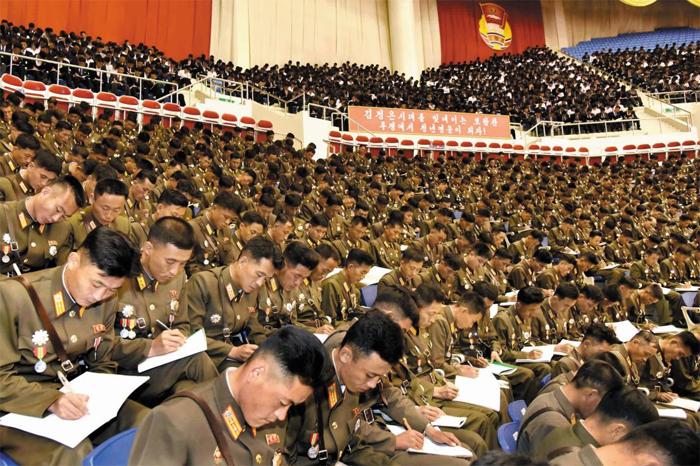 무엇을 받아 적고 있을까 - 북한 최대 청년단체인 '김일성·김정일 청년동맹' 제9차 대회 강연회가 지난 29일 평양에서 열렸다고 조선중앙통신이 31일 보도했다. 사진은 젊은 군인과 학생들이 강연 내용을 받아 적는 모습.