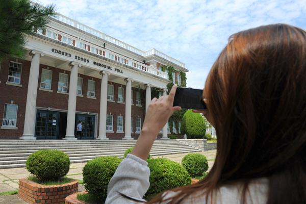 드라마 '사랑비'의 촬영지로 유명한 계명대를 둘러보고 있는 당첨자들.