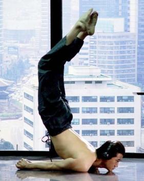 허공에서 선을 내리긋는 듯한 유지태의 초현실적인 육체. 영화 '올드보이'의 한 장면.