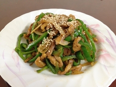중식 요리인 고추 잡채는 흔히 잡채의 변형이라고 알고 있지만,  사실 당면 잡채보다 전통 잡채의 형태와 비슷하다./사진=조선DB