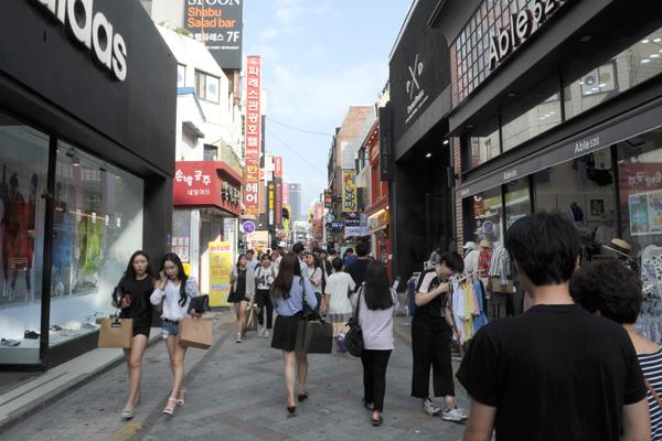 광주광역시 충장로 전경. 충장로에는 다양한 맛집과 패션가게가 즐비하다.