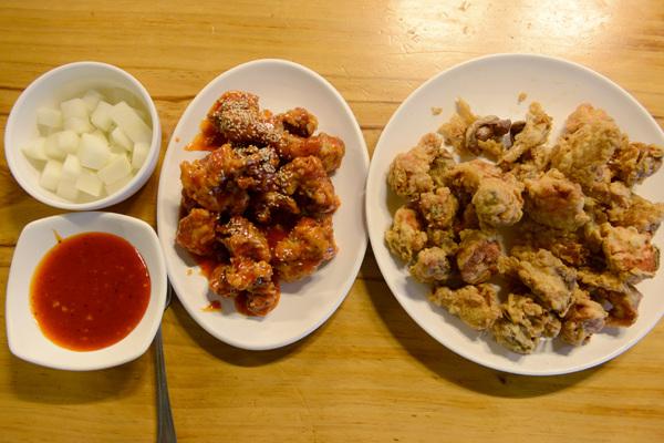 양동통닭의 대표 메뉴 후라이드 치킨과 양념 치킨