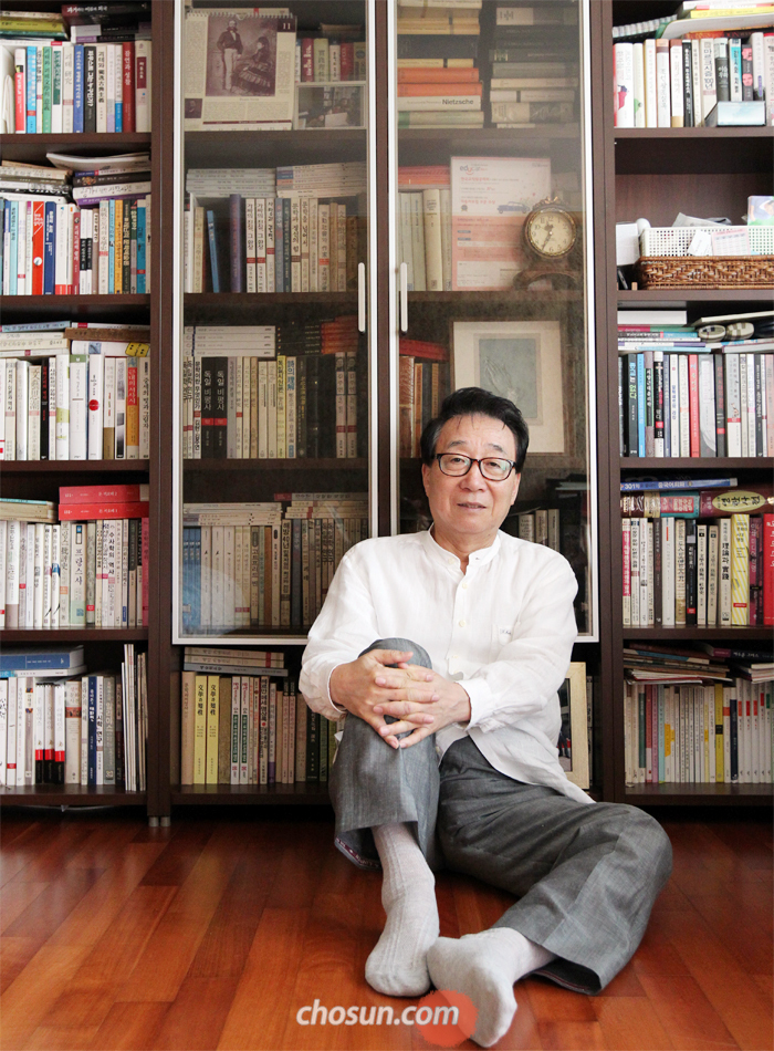 """지난 6일 김주연씨가 경기도 용인 자택에 있는 서재에 앉았다. 예상 외로 책이 많지 않았다. 그는 """"2006년 숙명여대에서 퇴임하면서 5000여 권의 책을 도서관에 기증했다""""고 말했다."""
