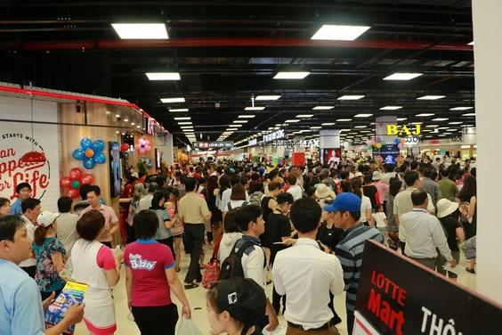 롯데마트는 지난 4월 28일 베트남 호찌민 고밥지역에 12호점을 개점했다. 개점일 롯데마트 고밥점을 찾은 고객들이 쇼핑하고 있다./롯데마트 제공