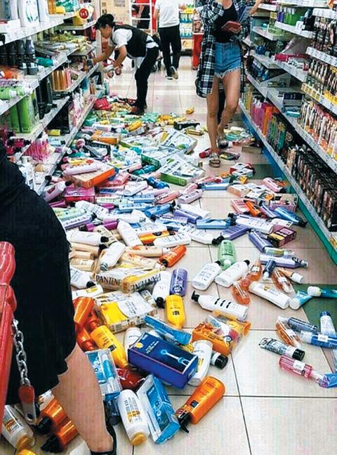 일 밤 경북 경주시 용강동 홈플러스 경주점 진열대에 있던 물건들이 바닥에 어지럽게 떨어져 있다.