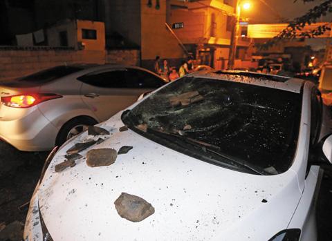 울산 중구의 한 주택 기와 일부가 12일 경주에서 발생한 지진으로 무너지면서 골목에 주차된 차량에 파편이 어지럽게 떨어져 있다.