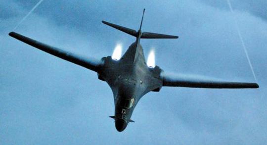 미군의 저고도 폭격기 B—1B 랜서(Lancer)가 지난 2001년 미국의 아프가니스탄 공격 당시 출격하는 모습.