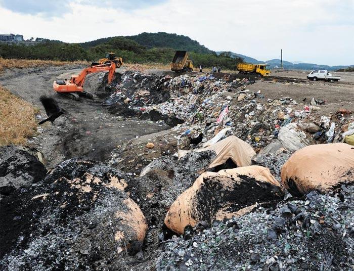 제주시 봉개동 쓰레기 매립장의 모습. 지난 24년간 쓰레기 매립지로 사용된 이곳은 다음 달이면 총용량(213만㎥)을 넘어서 포화 상태에 이른다. 시는 매립장 증설 공사를 해 2018년 5월 31일까지 사용하기로 했다.