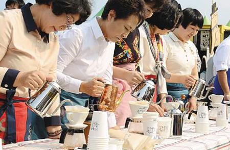 작년 강릉 커피 축제 때 시민 100명이 동시에 드립 커피를 내리는 모습.