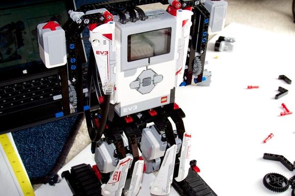 레고 마인드스톰EV3를 사용해 로봇을 만들고 있는 모습 /박성우 기자