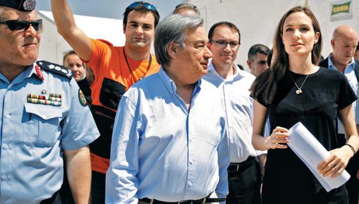 배우 앤젤리나 졸리와 함께 시리아 난민캠프 찾은 구테헤스 - 차기 유엔 사무총장으로 사실상 확정된 안토니우 구테헤스(앞줄 가운데) 전 포르투갈 총리가 유엔난민기구(UNHCR) 최고대표로 활동하던 2013년 6월 UNHCR 친선대사인 배우 앤젤리나 졸리(앞줄 오른쪽) 등과 함께 시리아 국경 인근의 자타리 난민캠프를 둘러보고 있다.