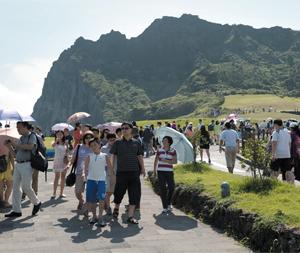 국내외 관광객이 많이 찾는 제주도 성산일출봉. 제주특별자치도는 내년 하반기부터 탐방예약제를 실시해 이곳의 방문자 수를 제한할 방침이다.
