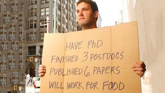 사진 속 시위에 참가한 남성이 든 피켓에는 '나는 박사 학위와 3개의 박사 후 연수 과정을 거쳤고, 6개의 논문을 발표했다. 나는 먹고 살기 위해 일할 것이다.'라고 적혀있다./사진=블룸버그