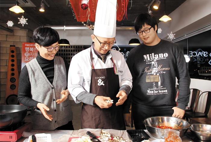 쿠킹앤 '행복남 요리교실'의 마지막 수업은 수강생이 직접 만든 음식으로 가족을 대접하는 파티 형식으로 진행된다.