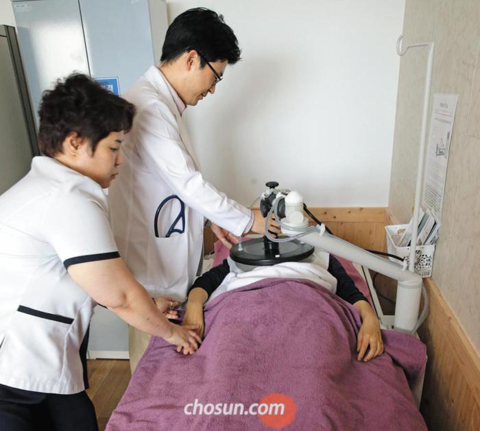 지난 7일 경기도 고양의 한 요양병원에서 유방암 환자가 치료를 받고 있다.