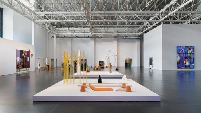 중국 상하이에 있는 '유즈 미술관'은 비행기 격납고를 개조해 만든 9000㎡ 공간이다. 격납고의 특성은 보존하면서 대형 작품을 보여줄 수 있도록 내부 전시 공간을 널찍하게 만들었다. 현재 이곳에선 부디 텍의 컬렉션을 전시하고 있다.