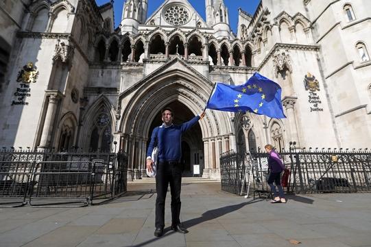 영국 내에도 브렉시트에 반대하는 사람은 여전히 존재한다. 지난 13일 영국 의회 앞에서 한 시민이 유럽 연합기를 흔들고 있다. /블룸버그 제공