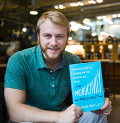 생산성 실험으로 미국과 캐나다에서 화제를 모은 크리스 베일리가 저서를 들고 있다.