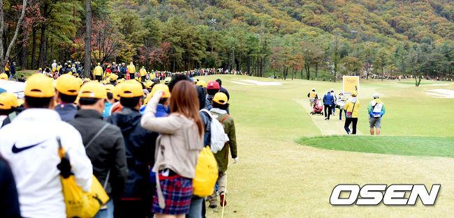 [사진]가을 단풍길 따라 구름 갤러리 몰린 KB금융 스타챔피언십