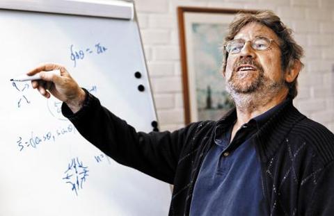"""올해 노벨 물리학상 수상자인 마이클 코스털리츠 미국 브라운대 교수가 지난 4일 수상자 발표 직후 핀란드 알토대에서 자신의 연구 성과에 대해 강연하고 있다. 그는 본지 인터뷰에서 """"남들이 가지 않는 길을 개척하는 무모한 도전에서 세상을 바꿀 연구가 탄생한다""""고 말했다."""