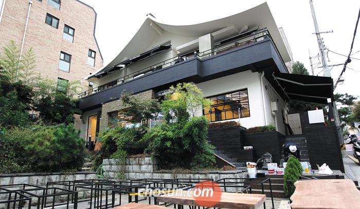 여기 3층서 정·재계 인사들 만났나 최순실씨가 정·재계 인사들을 만나는 장소이자 숙소로 썼다는 서울 강남구 논현동의 카페 건물. 현재 한 광고 회사가 인수한 뒤 내부 공사를 하고 있다.