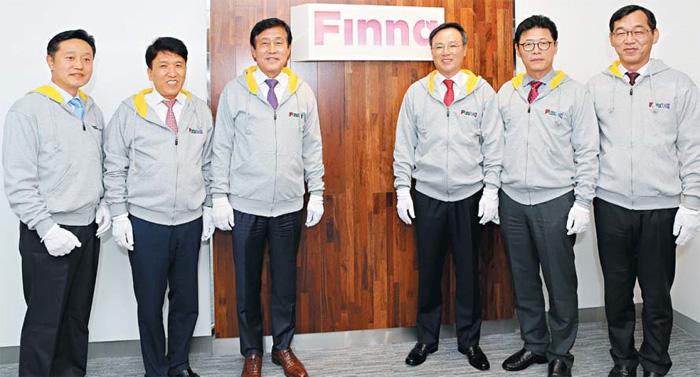 하나금융그룹과 SK텔레콤㈜의 합작투자회사 '주식회사 핀크' 임직원들이 현판식을 가진 뒤 기념촬영을 하고 있다.