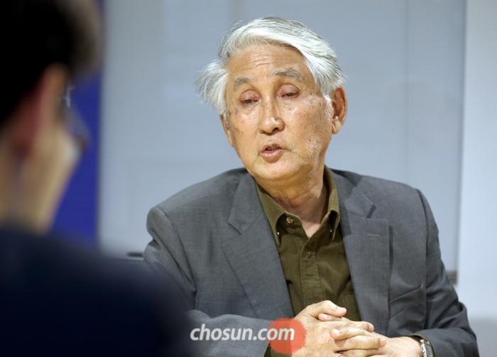 """김우창 교수는 """"밥 딜런의 노벨문학상 수상은 시의 본래적 기능을 회복한 것""""이라며 """"자기에게 충실한 것이 중요하다는 것을 보여줬다""""고 평가했다."""