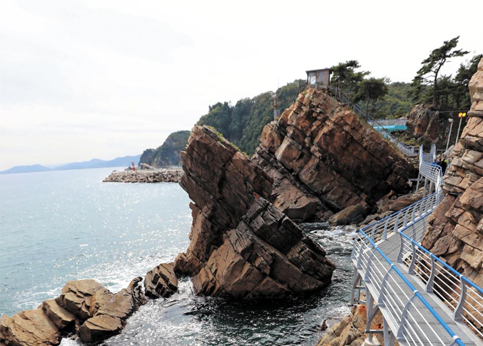 정동심곡 바다부채길에선 해안단구와 기암괴석의 모습을 자주 만날 수 있다. 사진은 중생대 때 한반도 전역에서 일어났던 지각변동인 대보조산운동(大寶造山運動)의 영향으로 기울어진 암석들.