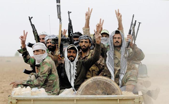 승리의 V - 극단주의 무장 단체 이슬람국가(IS)의 이라크 내 최대 거점인 모술 탈환전을 전개하고 있는 시아파 민병대원들이 1일(현지 시각) 군용 트럭을 타고 모술 남쪽 마을을 향해 진격하면서 손가락으로 '승리의 브이(V)'자를 만들어 보이고 있다. 이날 이라크군을 주축으로 한 동맹군은 2년4개월 만에 모술 시내에 진입하는 데 성공했다.