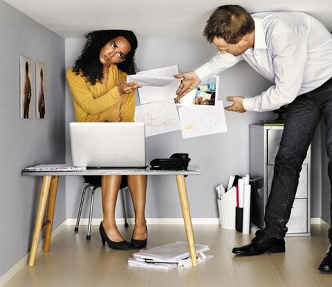 """'가짜 일 vs 진짜 일'의 저자 브렌트 피터슨은 """"직원들이 지금 당장 가짜 일을 멈추고 진짜 일을 하게 해야 한다""""고 말했다. 사진은 회사원들이 키보다 작은 사무실에서 서류를 주고받는 모습."""