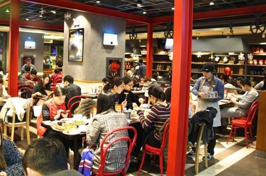 미스터피자 중국 매장은 오픈 때부터 붐빈다. 사진은 남경 주장루점 매장 내부./ 미스터피자 제공