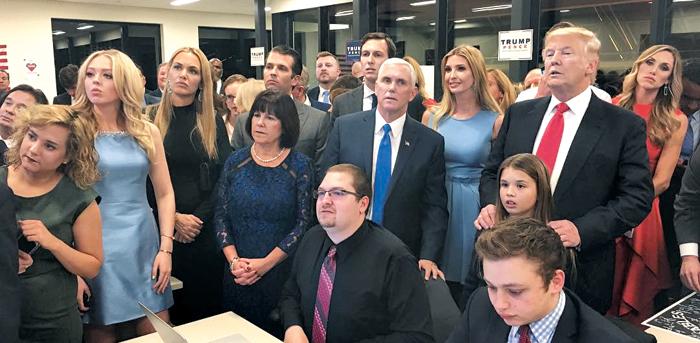 개표 방송 지켜보는 트럼프 一家 - 8일(현지 시각) 미국 뉴욕의 힐튼 미드타운 호텔에서 공화당 대통령 후보 도널드 트럼프(오른쪽 빨간 넥타이)가 부통령 후보 마이크 펜스(가운데 파란 넥타이), 장녀 이방카(트럼프와 펜스 사이), 차녀 티파니(왼쪽에서 둘째 하늘색 원피스) 등과 함께 초조한 표정으로 개표 방송을 지켜보고 있다.