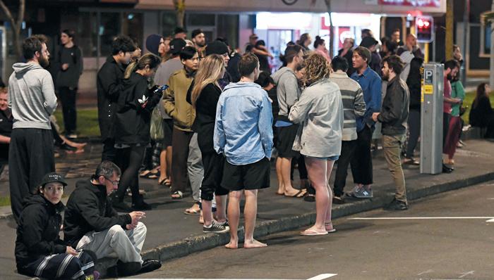 수도 웰링턴까지 흔들… 거리로 뛰쳐나온 시민들 - 14일(현지 시각) 오전 0시 2분쯤 뉴질랜드 남섬 크라이스트처치에서 북동쪽으로 91㎞ 지점에서 규모 7.8의 강진이 발생했다. 사진은 진앙에서 약 200㎞ 떨어진 수도 웰링턴에서 건물이 흔들려 시민들이 거리로 뛰쳐나온 모습.