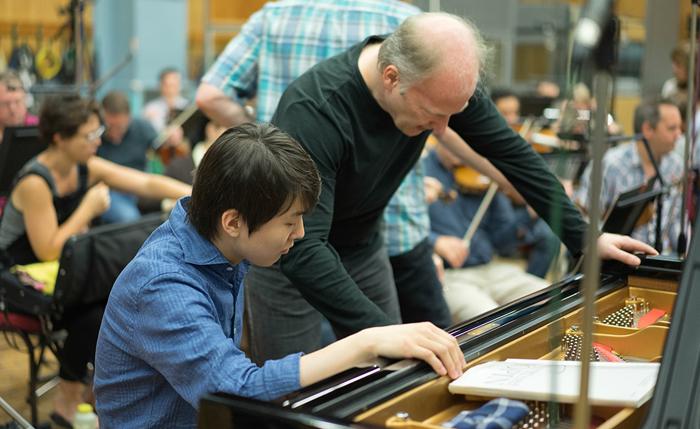지난 6월 런던 애비로드 스튜디오에서 지아난드레아 노세다와 쇼팽 피아노 협주곡 1번을 녹음하고 있는 조성진.