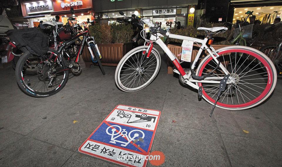 18일 오후 서울 지하철 4호선 수유역의 한 출구 근처 인도에 자전거들이 세워져 있다.