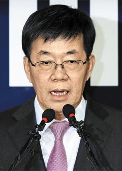 이영렬 특별수사본부장이 20일 서울중앙지검에서 '최순실 게이트' 중간 수사 결과를 발표하고 있다.