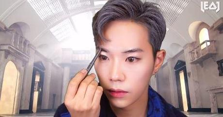 남자 아이돌 메이크업을 선보이고 있는 레오제이. / 유튜브 캡처
