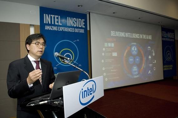 나승주 인텔코리아 데이터센터 영업총괄 상무가 21일 서울 그랜드 인터컨티넨탈 호텔에서 열린 '인텔 AI 데이' 기자간담회에서 인텔의 새로운 AI 플랫폼 '너바나'에 대해 설명하고 있다. /인텔코리아 제공