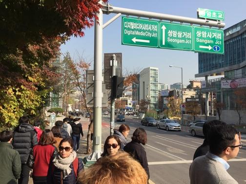 서울 상암동 DMC 직장인들이 점심 식사를 하기 위해 상암동 주민센터 방향으로 길을 건너가고 있다. /이상빈 기자