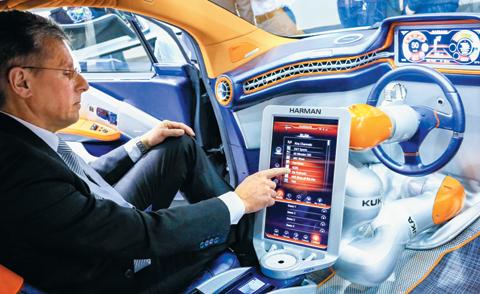 지난 2월 한 전시회에서 미국 전장기업 하만의 한 직원이 인터넷에 연결된 커넥티드카에 탑승해 각종 기능을 시연하고 있다. 삼성전자는 최근 하만을 인수해 미래형 자동차 산업에 진출했다.
