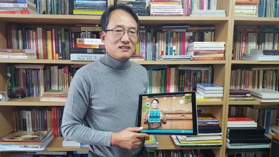 고영훈 한국외대 동양어대학 말레이·인도네시아어과 교수가 아이패드로 자신이 만든 인도네시아어 교육 앱북을 소개하고 있다. /박성우 기자