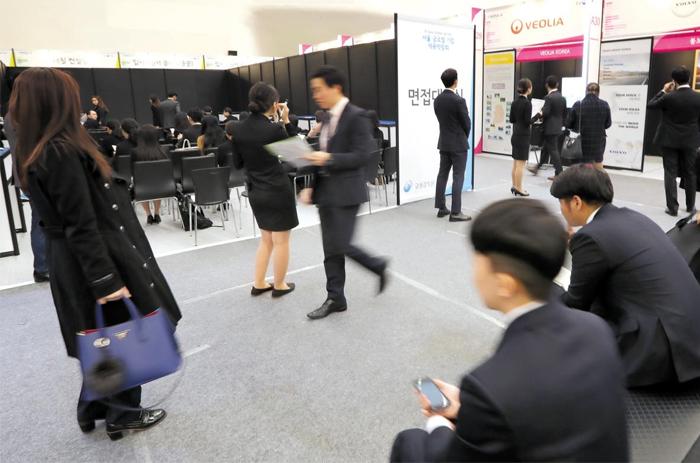 지난 11일 서울 중구 동대문디자인플라자에서 열린 서울 글로벌 기업 채용 박람회에서 구직 희망자들이 외국계 기업이 마련한 채용 부스를 둘러보고 있다.