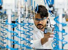 독일 탈하임에 있는 한화큐셀 연구소에서 현지 연구원이 태양광발전용 셀 성능을 점검하고 있다.