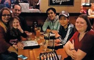 지난 22일(현지 시각) 절친한 에디(Eduardo·오른쪽에서 셋째)의 생일을 맞아 호스트인 크리스탈(맨 왼쪽), 이웃과 함께 저녁식사를 했다
