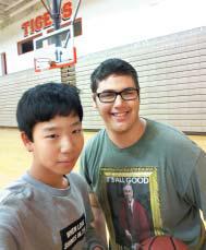 역사와 체육 수업을 함께 듣는 제임스(James)와 체육 시간에 사진을 찍었다.
