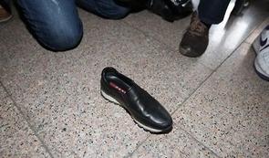 지난 10월 31일 최순실이 검찰 출석 과정에서 바닥에 떨어트려 화제가 된 프라다 신발./연합뉴스 제공