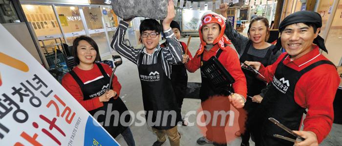 대전시의 전통시장 빈점포 활용 청년창업 지원 사업으로 중구 태평시장에 조성된 청년점포에서 젊은 식당 업주들이 파이팅을 외치고 있다