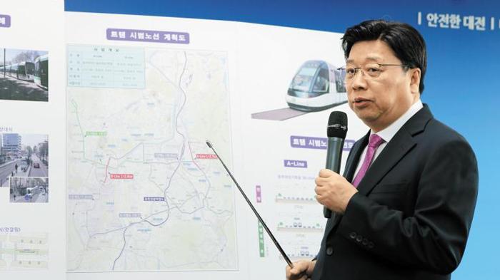권선택 대전시장이 지난 7월 28일 확정한 트램 방식의 도시철도 2호선 노선에 대해 설명하고 있다
