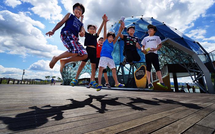 세종호수공원 무대섬에서 미래의 주역인 아이들이 힘차게 뛰어오르고 있다