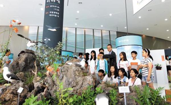 최재천 국립생태원장(가운데)이 '우리 독도 이야기' 특별전에 방문한 아이들에게 독도의 생태계를 설명하고 있다.